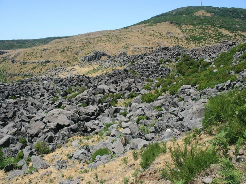 Sítio das Pedras - stacking blocks of basalt © Ricardo Ramalho